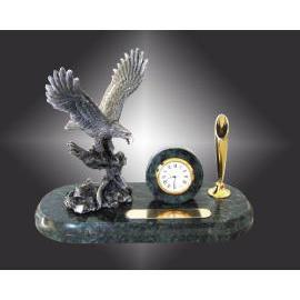 *New marble clock with pewter eagle pen desk set (* Новые мраморные часы с оловянным орел стол пере установить)