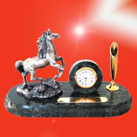 *New marble clock with horse pen desk set (* Новые мраморные часы с лошадью стол пере установить)