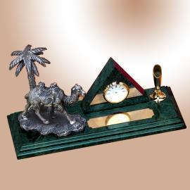 Pyramid clock with camel pen desk set (Pyramid Uhr mit Kamel Stift Desk Set)