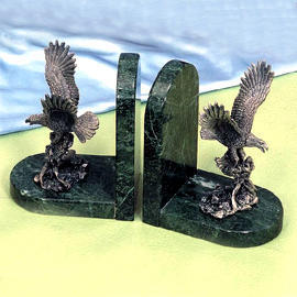 Marble bookends with pewter eagle (Мраморные книгодержатели с оловянной орел)