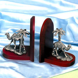 Solid wood/camel bookends (Bois massif / Bookends chameau)