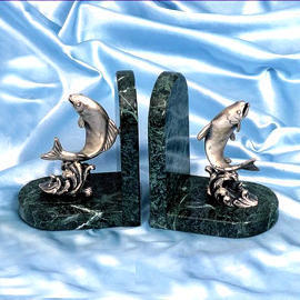 Marble bookends with pewter fish (Мраморные книгодержатели с оловянной рыбы)