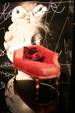 Couch Upholstered In Velvet, Legs Finished In Pink With A Golden Coating (Couch обита бархатной, Ноги закончены в розовый с золотым покрытием)