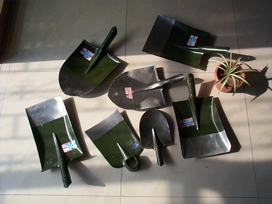 Spades, Shovels, Garden Tools (Дама, лопаты, садовый инвентарь)