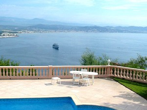 Property Overlooking The Bay Of Cannes (Propriété Dominant la Baie de Cannes)