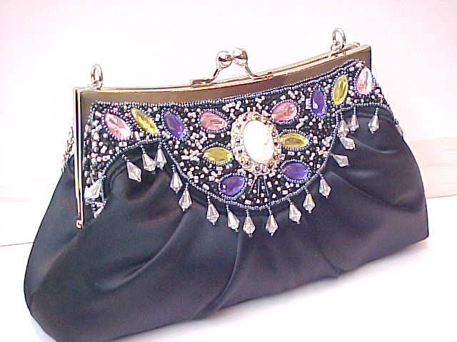 Сумочка из бисера.  Satin ladies handbag w / front side beaded, metal frame and chain.