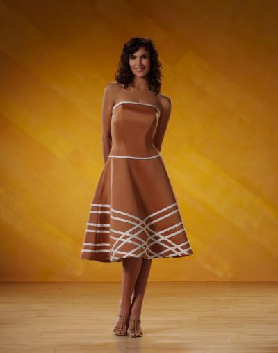 A-ЛИНИЯ без бретелек длиной до колен атласные вечерние платья.